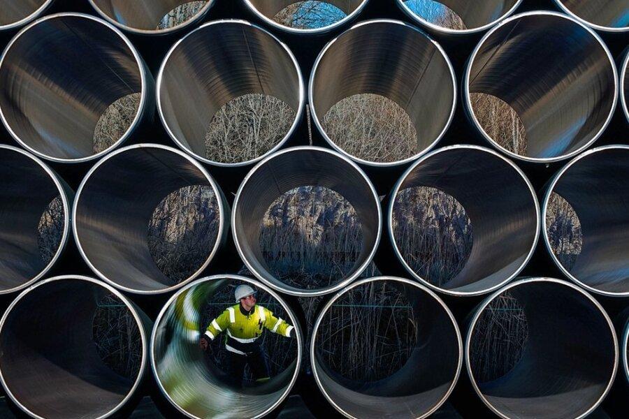 Auf Druck der USA zog die Schweizer Allseas Group ihre Pipline-Verlegeschiffe Ende 2019 aus der Ostsee ab. Und da man nicht mal eben einen Fischkutter umbauen kann, um betonummantelte Röhren auf dem Meeresgrund zu verschweißen, blieb der Nord Stream AG nichts anderes übrig, als die Arbeiten auszusetzen. Nun aber, im März 2021, könnte es jederzeit weitergehen.