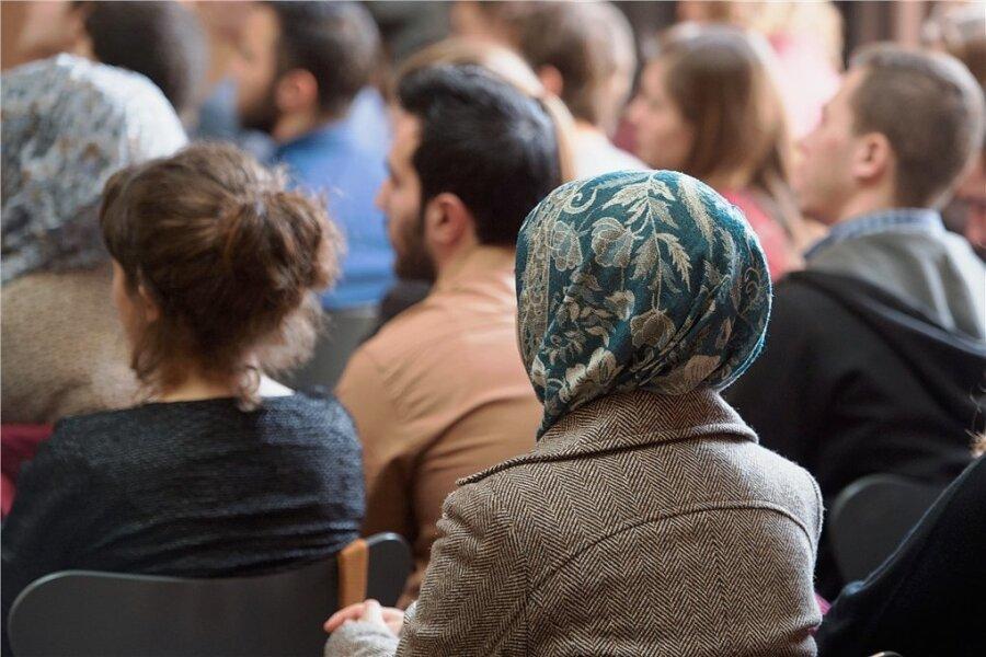 Vergabe von Zertifikaten in einem Deutschkurs für Migrantinnen und Migranten. Zu ihrer Integration in die Gesellschaft braucht es mehr als Sprachkenntnisse oder einen Arbeitsplatz: soziale Teilhabe. Dabei spielt die Zivilgesellschaft eine entscheidende Rolle, wie ein aktuelles Forschungsprojekt für den ländlichen Raum zeigt.