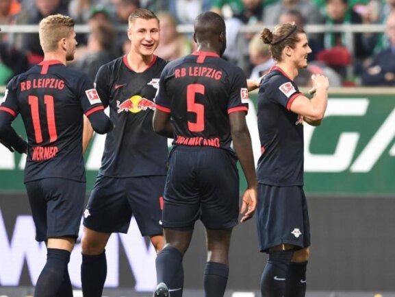 Timo Werner (l-r), Willi Orban, Dayot Upamecano und Torschütze Marcel Sabitzer feiern ein weiteres Tor in Bremen.