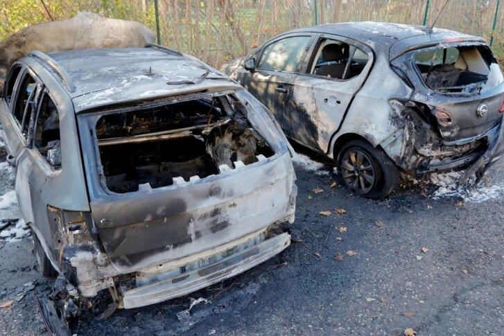 Feuer zerstört zwei Autos