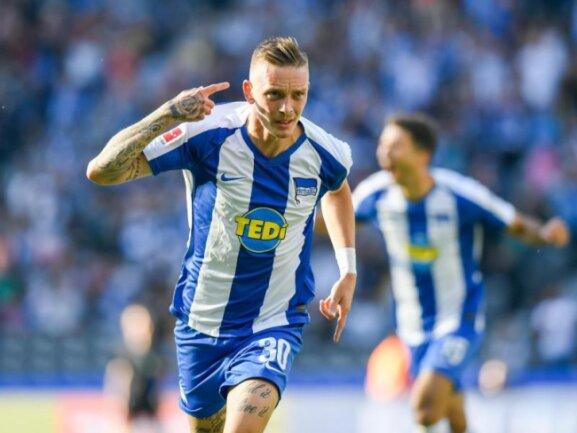 Marius Wolf (l) jubelt nach seinem Tor zum 2:0 für Hertha BSC gegen den SC Paderborn.