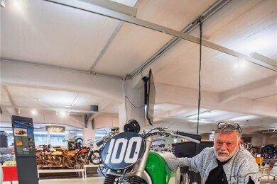 Frieder Bach (im Bild) zeigt die Rennmaschine KS1, die sich zurzeit als Leihgabe im Fahrzeugmuseum befindet. Um das Motorrad geht es auch in einem Buch, das er mit Heiner Jakob herausgegeben hat.