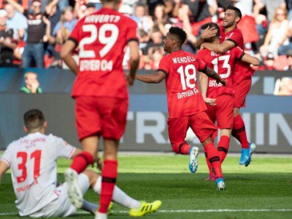 Leverkusens Lucas Alario (2.v.r.) bejubelt sein Tor zum 2:0 gegen den FC Köln mit Wendell und Kevin Volland.