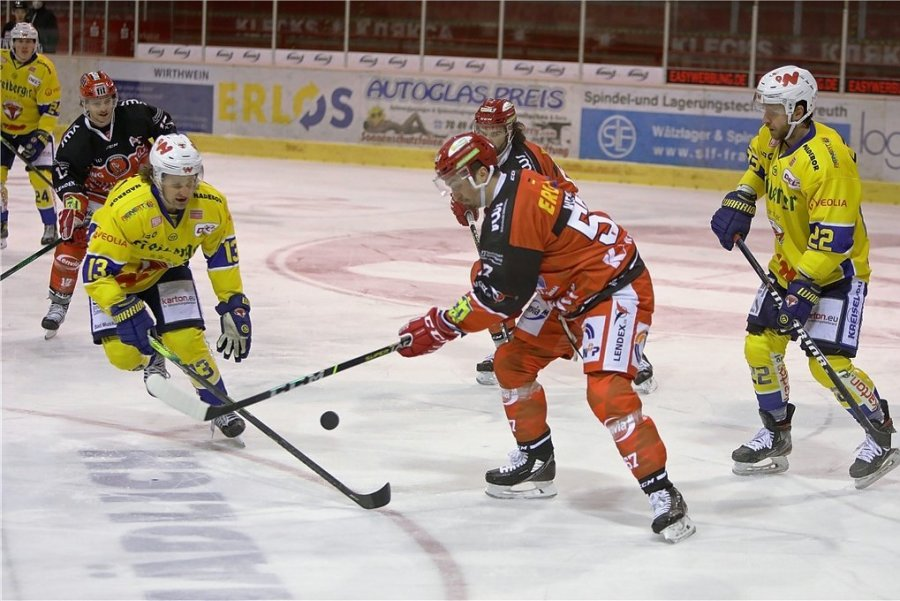 Der Crimmitschauer Daniel Weiß (M.), Torschütze zum 2:0, im Duell gegen Rylan Schwartz (l.), der wiederum das 3:2 erzielte.