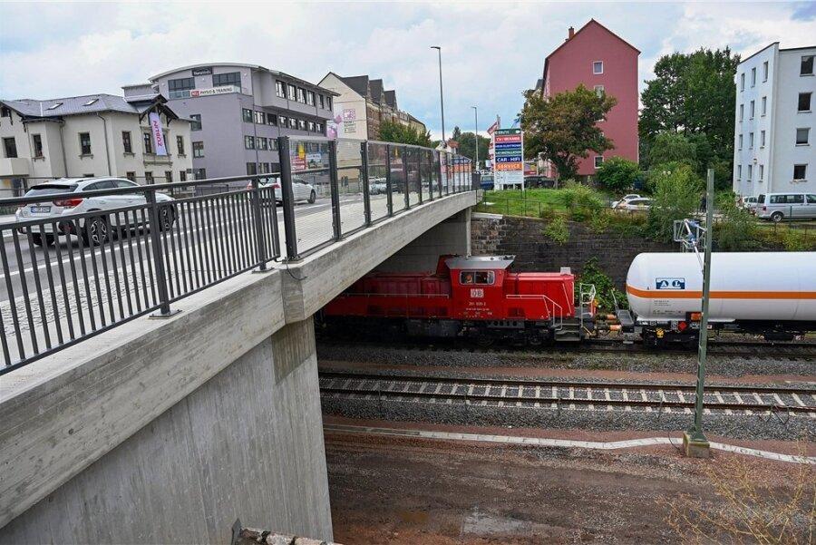 Die Brücke überspannt die Bahnlinie Dresden-Chemnitz-Zwickau. Sie wurde in zwei Abschnitten komplett durch eine neue ersetzt.