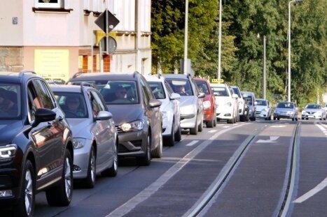 Auf der Marienthaler Straße sollen Radstreifen für mehr Sicherheit sorgen. Ob das klappt, soll in einem Jahr überprüft werden.