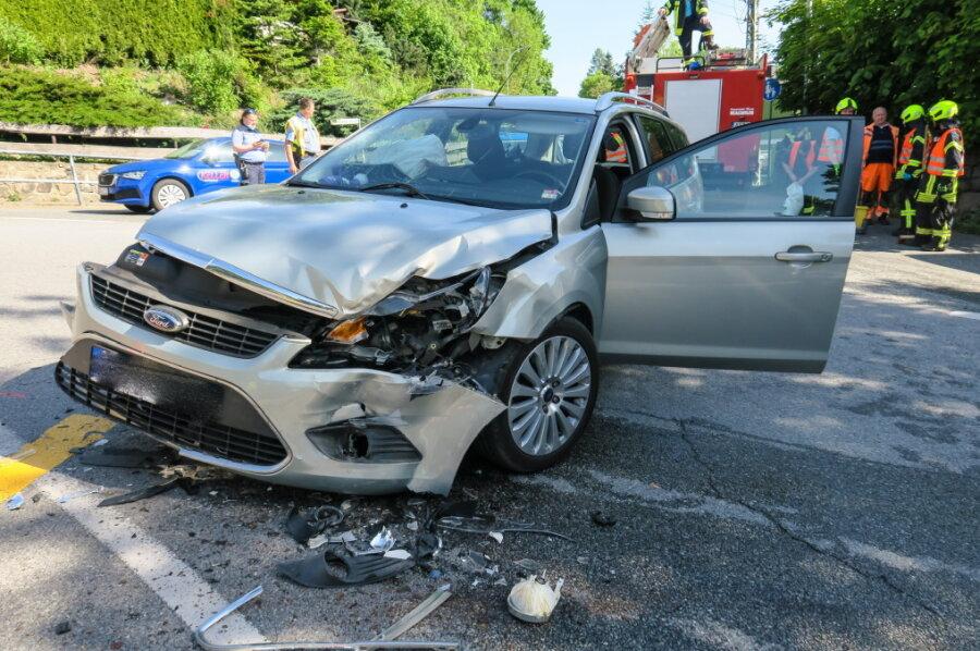 Zwei Verletzte bei Abbiege-Unfall