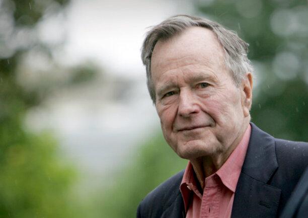 Der ehemalige Präsident George H.W. Bush kommt auf dem Südrasen des Weißen Hauses an. Bush ist im Alter von 94 Jahren gestorben. Dies teilte ein Sprecher der Familie in der Nacht am Samstag via Twitter mit.