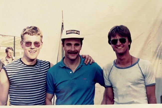Schnappschuss aus dem Jahr 1986: Formel 1-Pilot Nigel Mansell (Mitte) mit dem Autor (links) und Schulfreund Uwe Holland-Moritz.