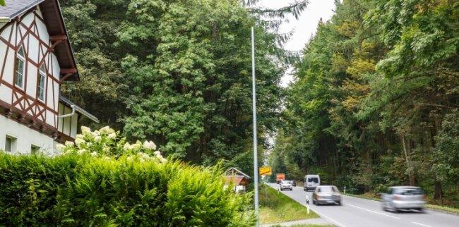 Nach der Kritik der Bewohner wurde dann doch wieder ein Laternenmast - noch ohne Lampe - an dem Haus direkt an der B 101 aufgestellt.