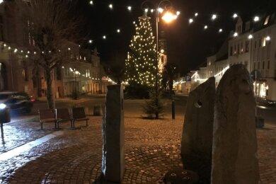 """Der Advent ist in der Adorfer Innenstadt (im Foto der Marktplatz mit dem Euregio-Egrensis-Brunnen im Vordergrund) eingezogen. Für noch mehr Stimmung in der Vorweihnachtszeit startet die Aktion """"Schmück mich!""""."""