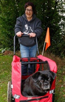 Tierheimchefin Jana Berger mit Hundedame Elli, die wegen ihres Übergewichts gegenwärtig nicht sehr bewegungsfreudig ist.