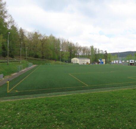 Überall das gleiche Bild: Spieler- und Zuschauerbänke bleiben auf den Fußballplätzen des Erzgebirgskreises - wie hier die in Auerhammer - leer. Wie lange noch, vermag derzeit niemand zu sagen.