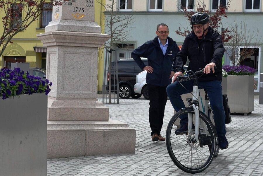 Nach der E-Bike-Übergabe durch Reginald Fuchs von Envia M (links) begann Lengenfelds Bürgermeister Volker Bachmann sofort, Kilometer zu sammeln.