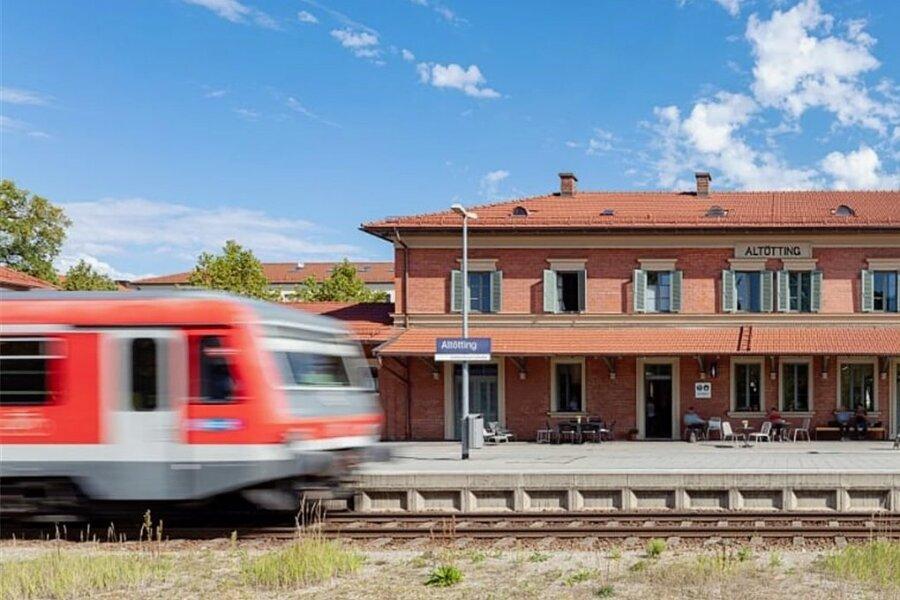 Ein Schmuckstück wie von einer Modelleisenbahnanlage: der Bahnhof des Wallfahrtsortes Altötting.