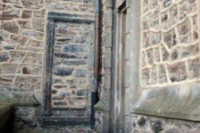 Die Schnorr-Pforte - heute zugemauert - ist in ihren Umrissen deutlich zu erkennen. Sie gilt als privater Zugang in die Wolfgangskirche.