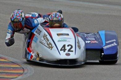 Der 16-jährige Eibauer Lennard Göttlich drehte vergangene Woche mit seinem Beifahrer Uwe Neubert aus St. Egidien zu Trainingszwecken die letzten Runden auf dem Sachsenring vor dem ersten Rennen der Saison. Das Duo startet für das Bonovo-Juniorteam in der International Sidecar Trophy.