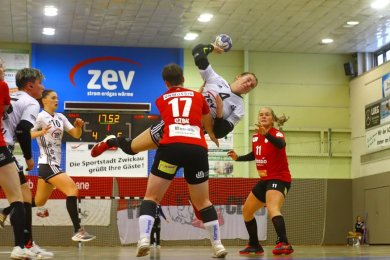 Isa-Sophia Rösike (am Ball) und ihre Teamkolleginnen vom BSV Sachsen Zwickau mussten lange für den Heimsieg gegen Freiburg kämpfen. Erst in der zweiten Halbzeit wurde das klare 21:13 herausgeworfen.
