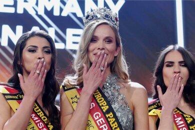 """Die Schönheiten werfen Küsschen: Anastasia Aksak (links), die """"Miss Sachsen"""" aus Zwickau, schaffte es auf den dritten Platz bei der Wahl zur """"Miss Germany 2019"""". Erste wurde die amtierende """"Miss Baden-Württemberg"""" Nadine Berneis (Mitte), den zweiten Platz errang die """"Miss Hamburg"""" Pricilla Klein."""