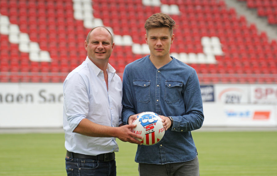 Sportdirektor David Wagner (l.) mit Neuzugang Max Sprang.