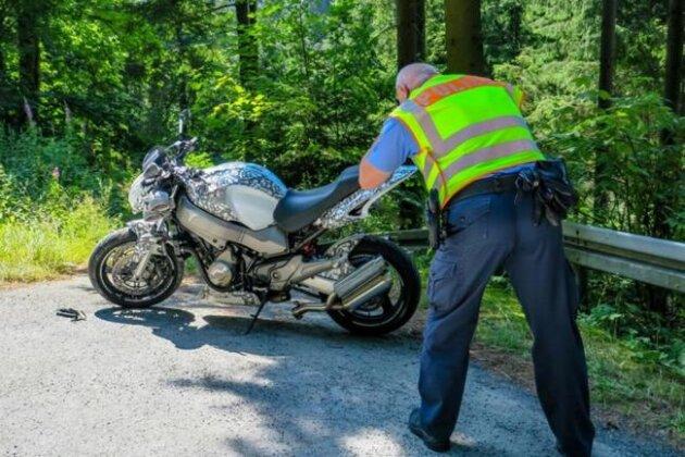 Schon wieder auf der B 283: Weiterer Biker gestürzt und verletzt