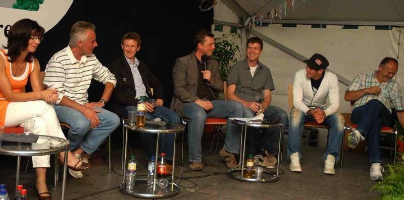 Spaß bei der Gesprächsrunde hatten unter anderem Antje Vos, Reinhard Häfner, Jens Weißflog, Moderator Sven Frommhold, Frank Dittrich, Michael und Eberhard Rösch.