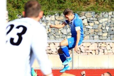 Richie Schulze vom VfB Annaberg rettet sich mit einem Sprung vor dem Tackling des Oberlungwitzers Tom Reichel. Zuvor hatte der 27-Jährige aus der Kreisstadt Oberlungwitz' Keeper Falk Horn überwunden und den zwischenzeitlichen Ausgleich erzielt.