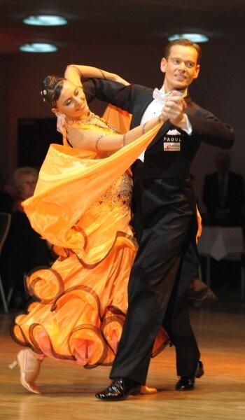 Sabine Jacob und Thorsten Strauß aus Lübeck sind die strahlenden Sieger des Internationalen Tanzturniers in der Limbach-Oberfrohnaer Stadthalle. 15 Paare aus 6 Ländern gingen an den Start.