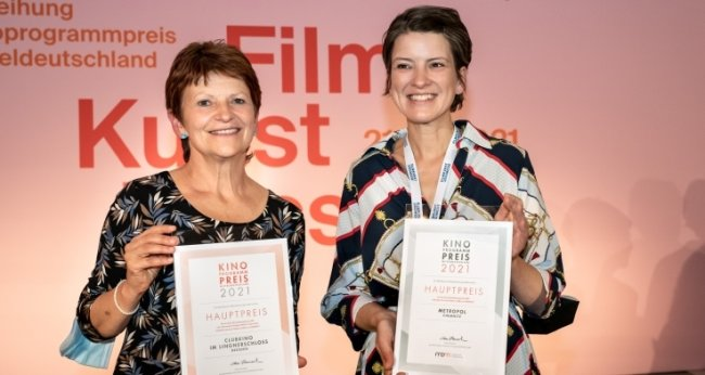 Die Preisträgerinnen Maret Wolff (Kino Metropol, rechts) und Sylke Gottlebe vom Clubkino im Dresdner Lingnerschloss, die den Hauptpreis für alternative Spielstätten in Empfang nahm.
