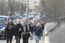 Schüler der Trias Schule in Elsterberg laufen über die Friedensbrücke auf den Spuren des 7.Oktober '89.