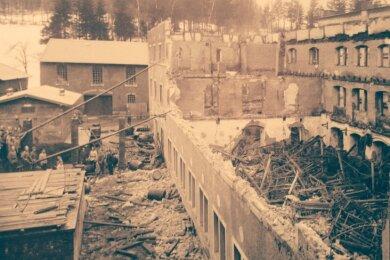 Historisches Bilddokument: Abriss- und Aufräumarbeiten im Januar 1908 an der kurz zuvor abgebrannten Weberei auf dem Areal der späteren Kunstlederfabrik Tannenbergsthal. Diese Aufnahme soll in der neu gestalteten Dauerausstellung im Tannenbergsthaler Herrenhaus zu sehen sein.