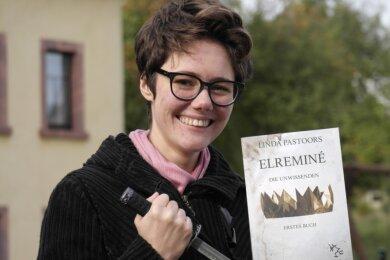 Das Schwert, das Fantasy-Autorin Linda Pastoors in der Hand hält, wird im zweiten Band ihrer Erzählreihe eine entscheidende Rolle spielen.