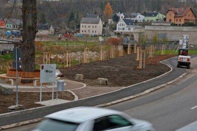 """Wo 170 Jahre lang die """"Wiener Spitze"""" in Kirchberg stand, ist jetzt ein kleiner Park angelegt worden. Eine Gedenktafel und die Bushaltestelle, die weiter """"Wiener Spitze"""" heißt, erinnern an das Ballhaus."""