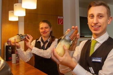 Der 17-jährige Jonas Rothe (vorn) startete vor gut einem halben Jahr seine Ausbildung zum Hotelfachmann im Plauener Best Western Hotel. Ausbilderin Catherina Bayer macht ihn derzeit unter anderem mit der Cocktailzubereitung vertraut. Was coronabedingt fehlt, sind die Gäste. So bleibt der Kundenkontakt derzeit in der Ausbildung auf der Strecke.