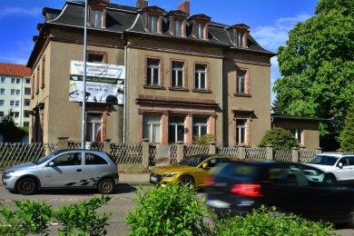 Aus der Villa an der Bahnhofstraße soll ein Mehrfamilienhaus werden. Auf dem Grundstück ist außerdem ein Neubau geplant.