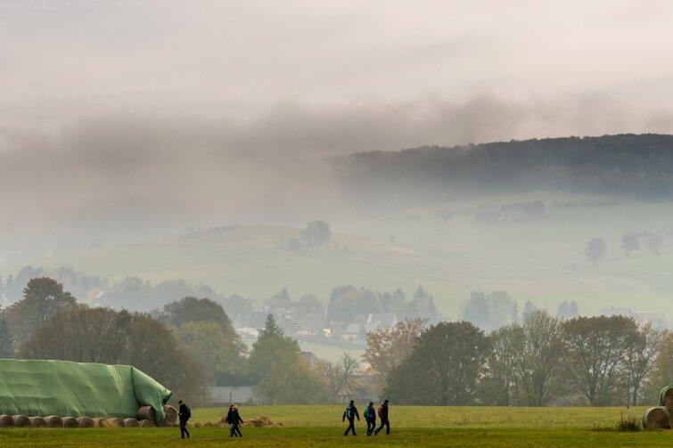 Böhmischer Nebel weht über Gebirgskamm