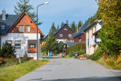 Die Emil-Riedel-Straße in Oberwiesenthal: Die Straßenaufsichtsbehörde des Landratsamtes hat sie von einer Ortsverbindungsstraße zum öffentlichen Feld- und Waldweg degradiert. Das sorgt für Ärger.