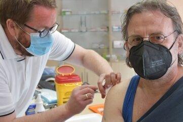 Intendant Ralf-Peter Schulze (r.) hat das Impfangebot für Theatermitarbeiter in der Praxis von Frank Landgraf (l.) organisiert.