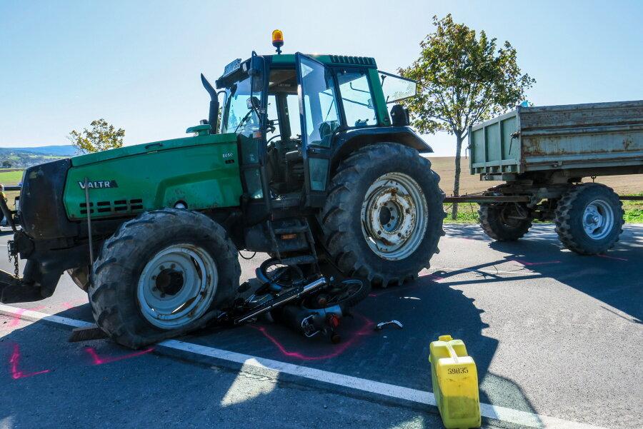Schneeberg: Mopedfahrer kollidiert mit Traktor