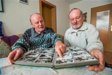 Das waren noch Zeiten! Reiner Markert aus Schneeberg zeigt seinem Nachbarschaftshelfer Andreas Klaus alte Familienfotos.