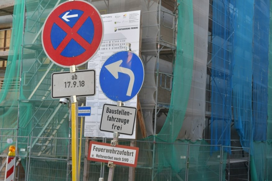 Die Heubnerstraße zwischen Herderstraße und Kreuzgasse in Freiberg ist wegen des Neubaus des Stadtarchivs nach wie vor gesperrt.