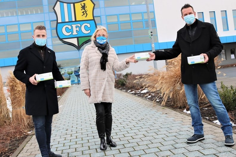 Ralf Hunger, Fachberater von Dr. Butze in Klingenberg (r.), übergibt an CFC- Vorstandschefin Romy Polster und Marketingchef Tommy Klotke  (l.) 2000 medizinische Masken.