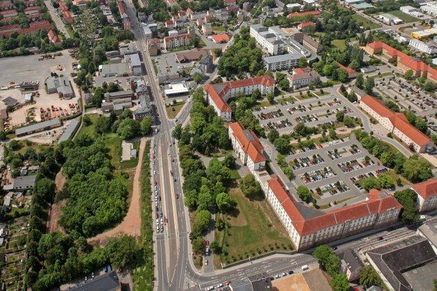 Der 22-Jährige griff den Kontrolleur und den Straßenbahnfahrer an der Zwickauer Haltestelle Kopernikusstraße/Verwaltungszentrum an.