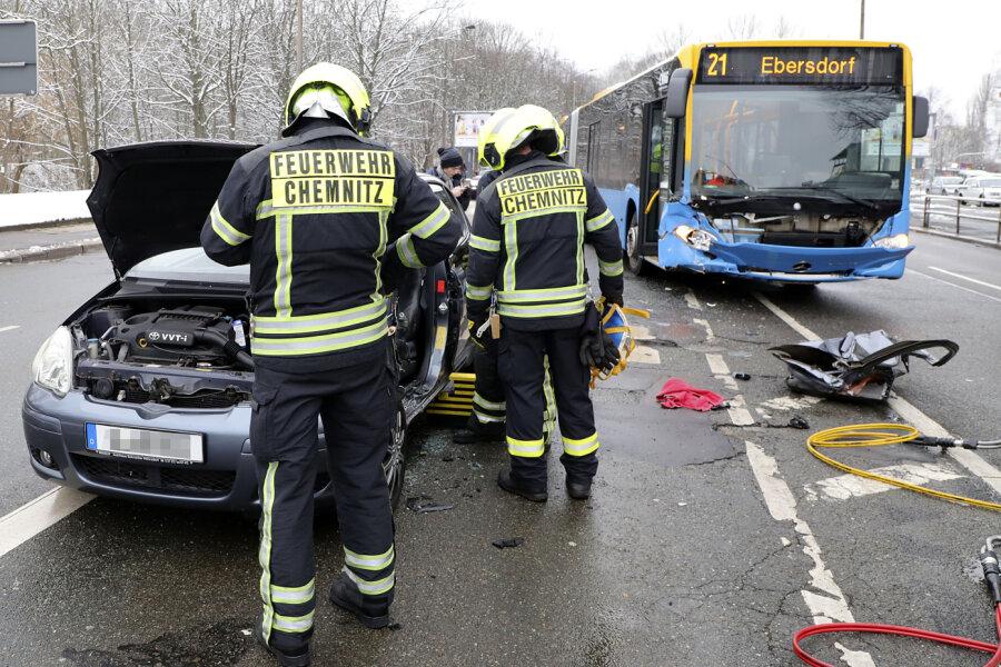Chemnitz: Autofahrerin bei Kollision mit Linienbus verletzt