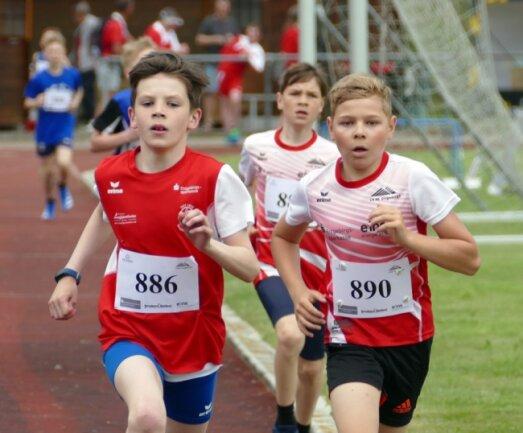 In 2:43,66 Minuten gewann Philipp Ehrig (links) vom TSV 1872 Pobershau den 800-Meter-Lauf der AK 11. Er verwies Ernst Sieber (Nummer 890) vom LV 90 Erzgebirge mit fünf Sekunden Vorsprung auf Platz 2.