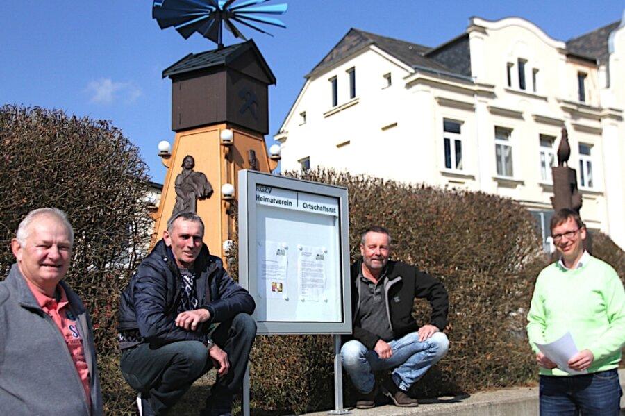 Gunter Faber, Steffen Grießbach, Ralf Preiß und Ortsvorsteher Karsten Wilhelm (von links) haben sich für den neuen Schaukasten im Dorfzentrum von Alberoda eingesetzt.