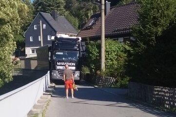 Der verwinkelte und schmale Ahnerweg in Burkhardtsdorf: Immer wieder passiert es, dass Laster stecken bleiben. An dieser Stelle wohnt auch Mandy Bachmann.
