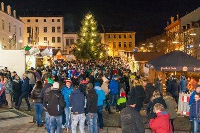 Ob es Weihnachtsmärkte geben wird, wie in den Vorjahren in Treuen (Archivfoto), ist in Pandemiezeiten noch unsicher.