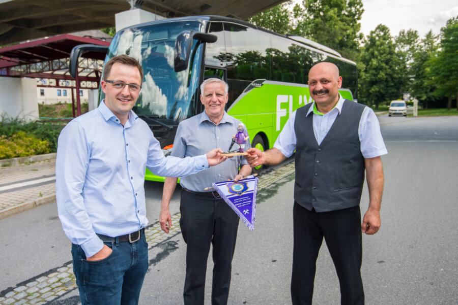 FCE-Wimpel und Räuchermann gab es für Busfahrer Serdar Demiray bei der Ankunft in Aue.
