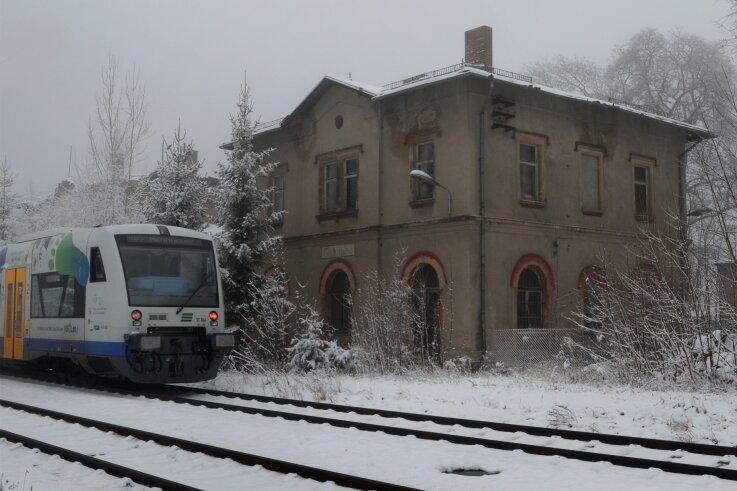 Die Vogtlandbahn rollt an dem Bahnhof in Eich nur noch vorbei. Seit dem Jahr 2011 wird der Haltepunkt nicht mehr bedient.Foto: Joachim Thoß